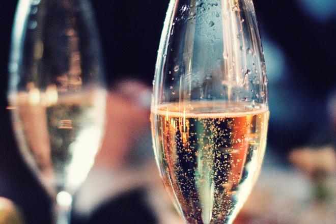 Защо шампанско се пие най-добре във висока чаша?