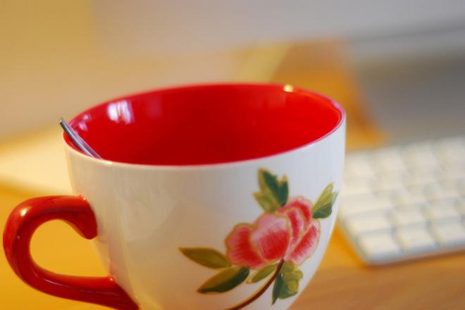Чаша топла вода с мед вместо чаша сутрешно кафе