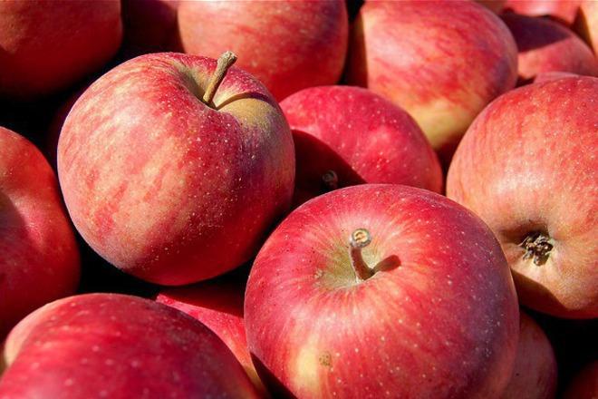 червени ябълки
