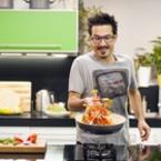 Сръбският готвач Ненад Великович показва кулинарни трикове в ново шоу