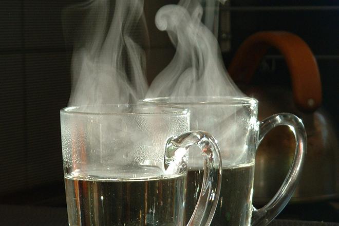 Пиенето на топла вода лекува 20 болести