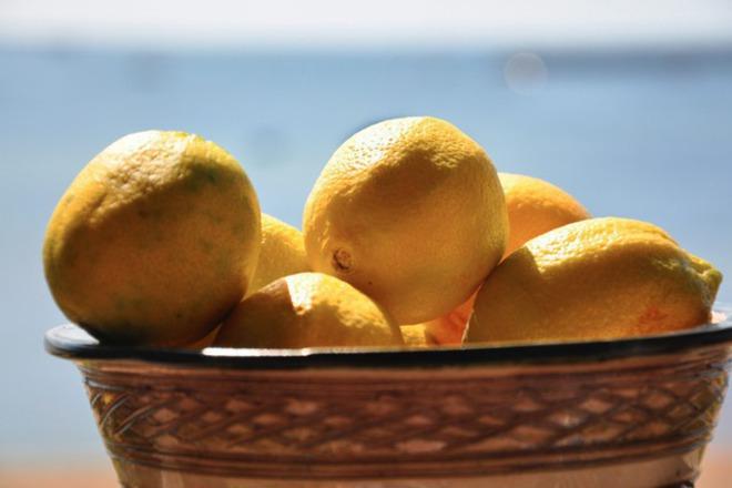 Лимонов сок срещу напукани пети