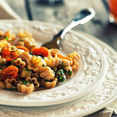 Large pasta s patladzhan i cheri domatcheta