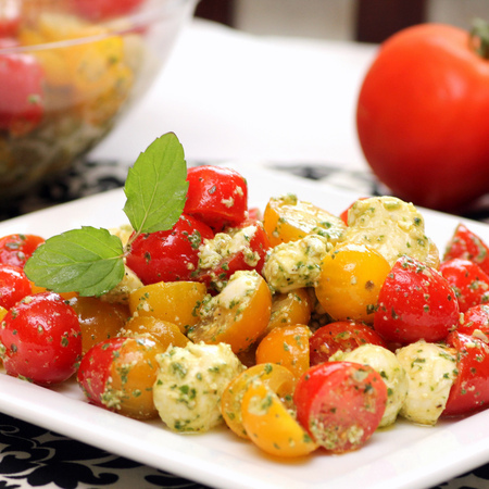 Large salata s cheri domati i motsarela