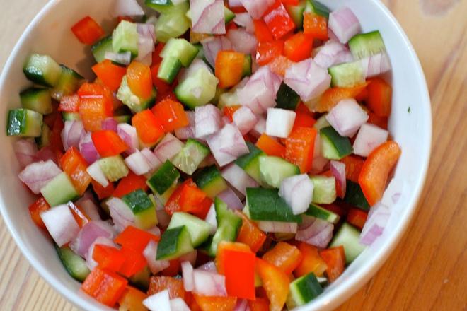 Шарена салата с краставици