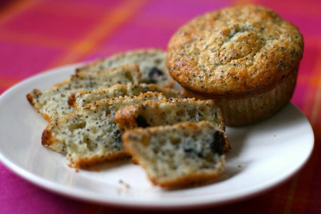 Пълнозърнести мъфини със сирене, зелени маслини и кашкавал