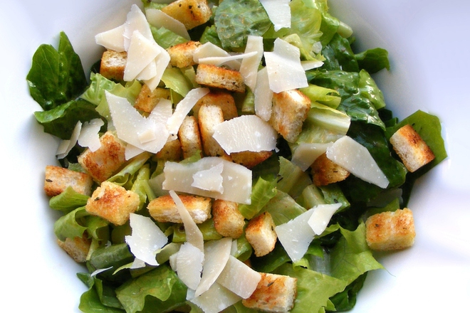 Зелена салата с пармезан и крутони