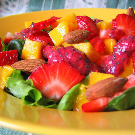 Large tropicheska plodova salata