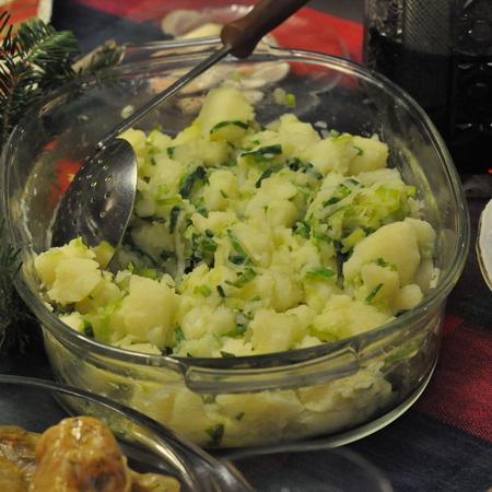 Large kartofena salata s praz luk