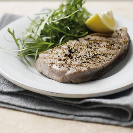 Large stek ot riba ton s cheren piper