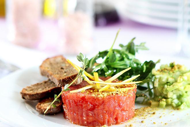 Тартар от риба тон с лимон, салца от авокадо, селъри и препечен хляб