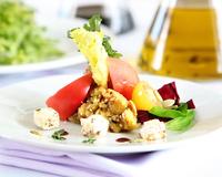Салата от печен патладжан, маринован с мед, домати и билково сирене