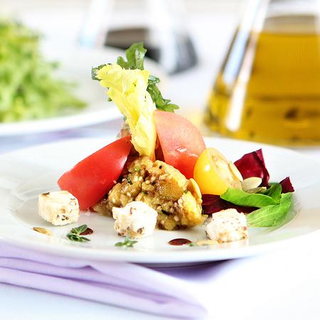 Large salata ot pechen patladzhan marinovan s med domati i bilkovo sirene