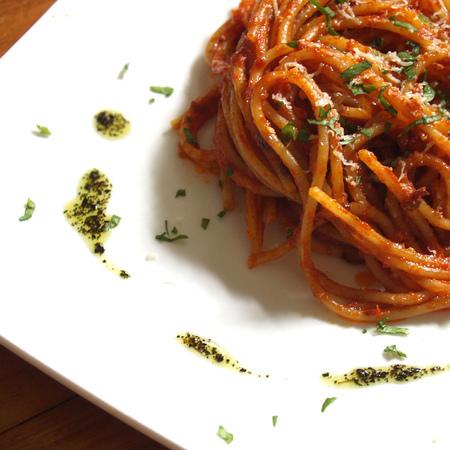 Large spageti s domaten sos