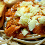 Спагети с пилешко филе и соев сос