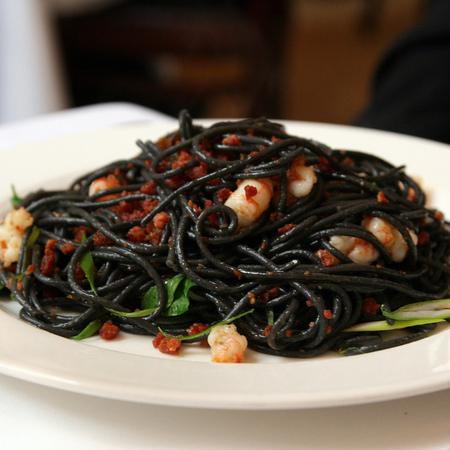 Large cherni spageti sas skaridi