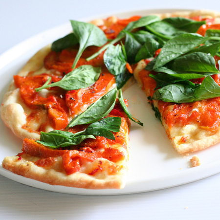 Large pitsa s domati i presen spanak