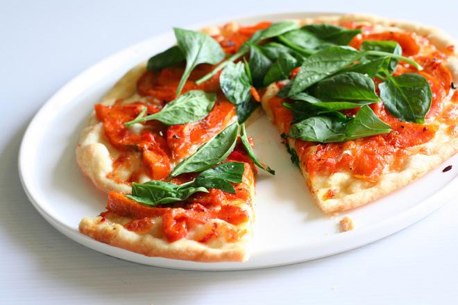 Пица с домати и пресен спанак