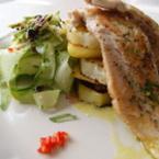 Филета от пъстърва с лимонов сос върху задушени картофи и салата от тиквички със сусам