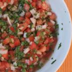 Салата от домати, лук и магданоз