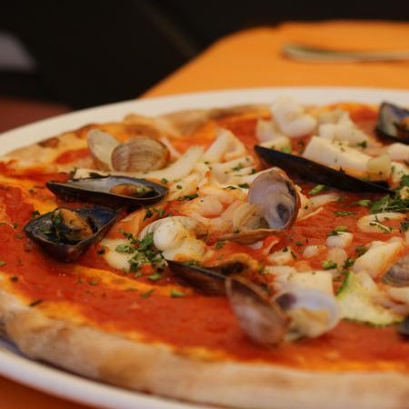 Large pitsa s morski darove frutti di mare