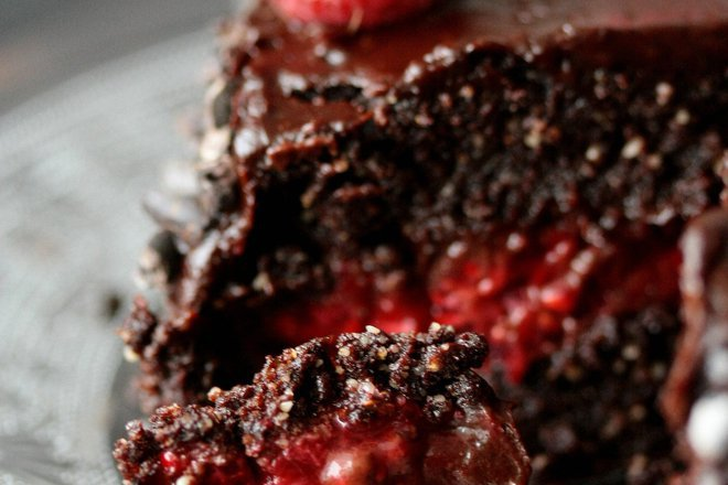 Шоколадова торта с малини