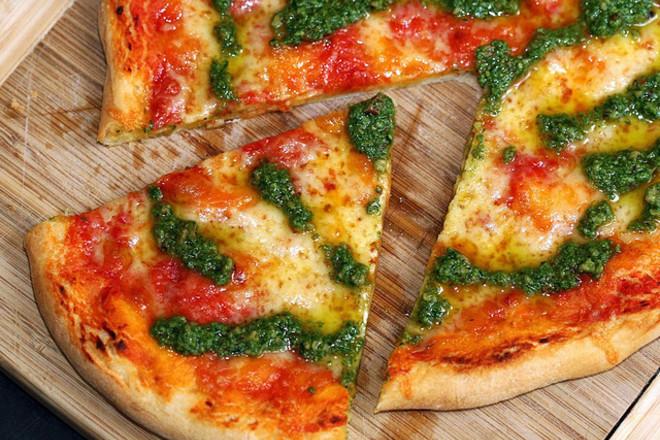 """Пица със сос """"песто"""""""