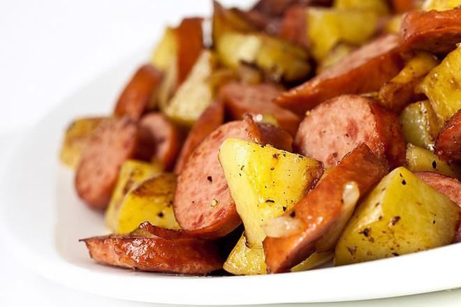 Картофи с кренвирши на фурна