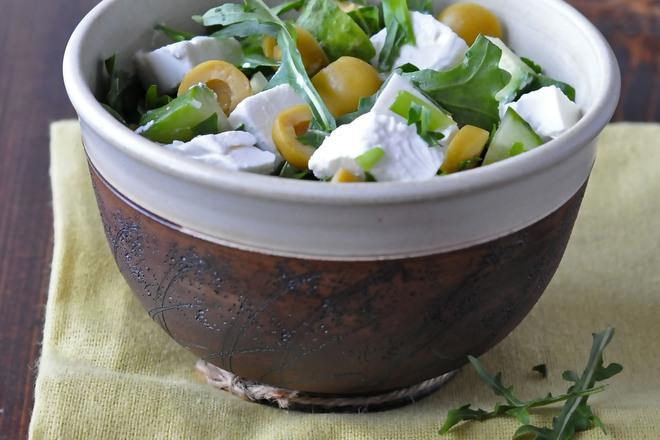 Свежа салата с рукола и маслини