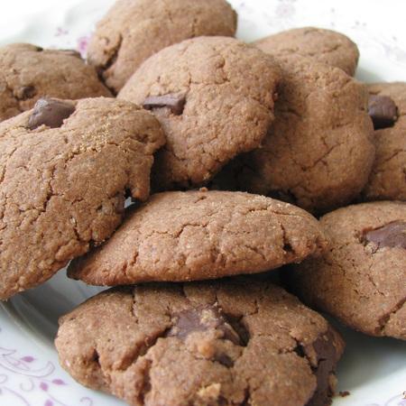 Large shokoladovi biskvitki s fastacheno maslo
