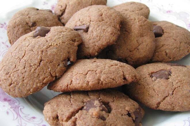 Шоколадови бисквитки с фъстъчено масло