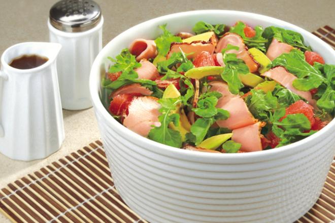 Салата с Печен деликатес, авокадо и грейпфрут