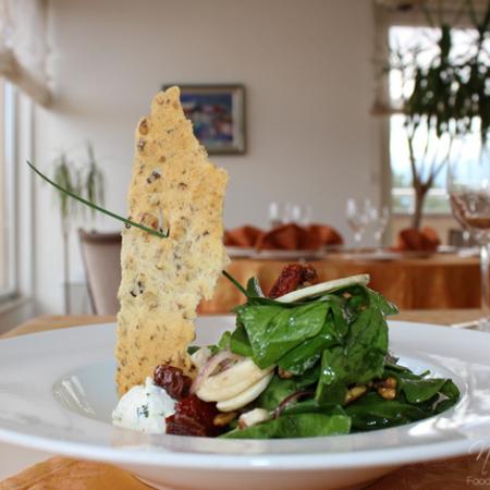 Large spanachena salata s mlechen mus i orehovi biskvitki