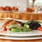 Пилешко филе с аспержи, черен ориз и шафранов сос
