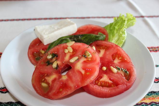 Салата от домати с кедрови ядки