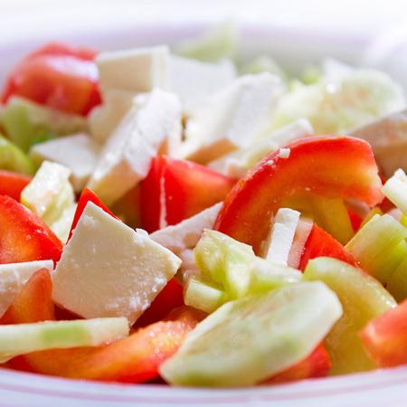 Large salata ot domati i krastavitsi