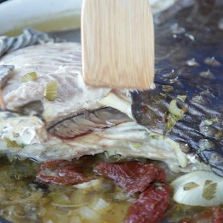 Large kalkan na furna sas susheni domati i kapersi