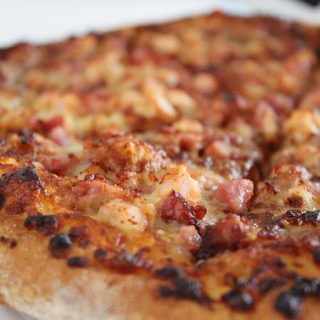 Large pitsa s bekon i kashkaval