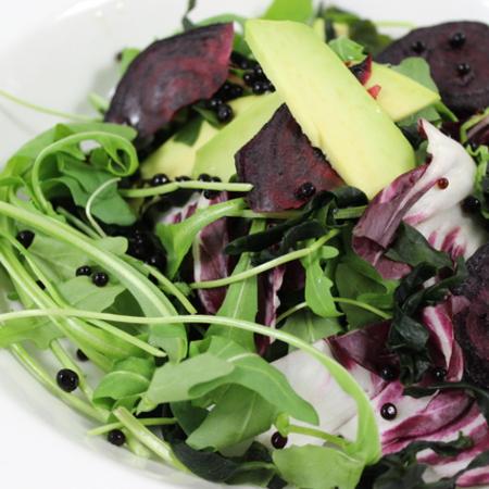 Large miks ot salati s avokado chips ot cherveno tsveklo i perli ot balsamov otset