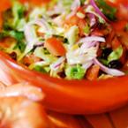 Микс от салати с домати, царевица и червен лук