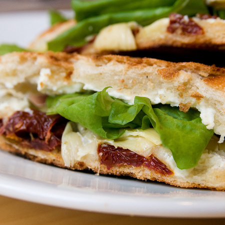 Large sandvich sas zelena salata i susheni domati