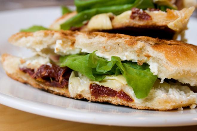 Сандвич със зелена салата и сушени домати