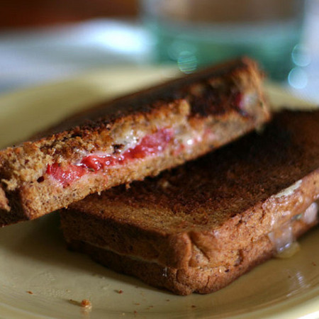 Large sandvich s cherno hlebche