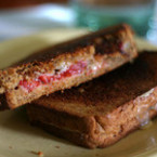 Сандвич с черно хлебче