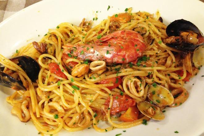 Спагети с черни и бели миди