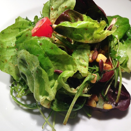 Large salata s rukola i kedrovi yadki