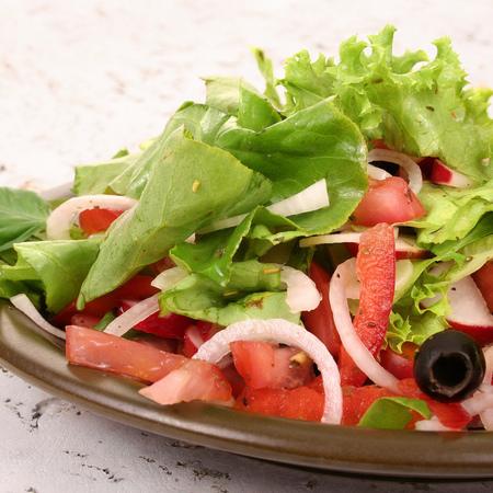 Large zelena salata s domati i repichki