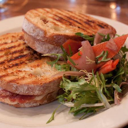 Large sandvich s proshuto