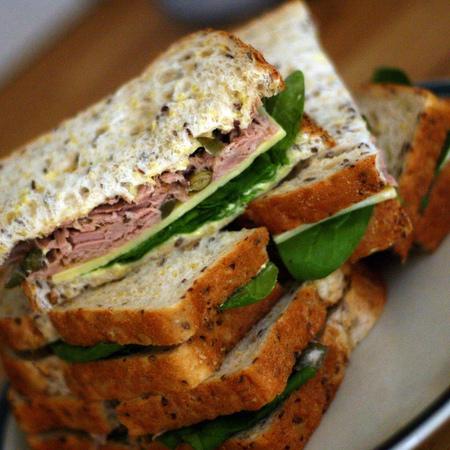 Large sandvich s riba ton