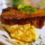 Запържено свинско месо върху подложка от картофено пюре